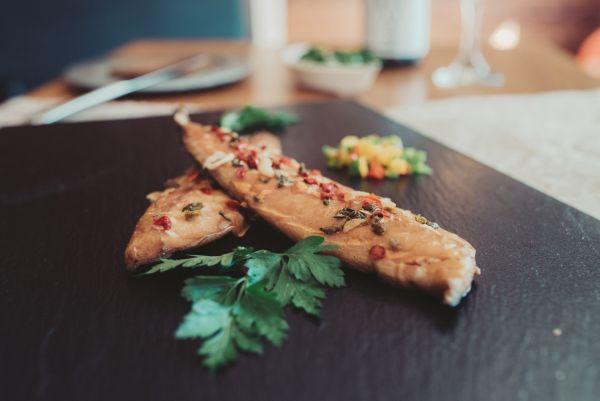 Geräuchertes Makrelenfilet Zwiebel-Paprika